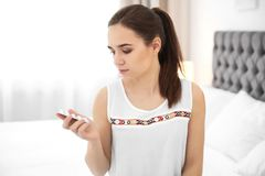 Молодая женщина держа волдырь с пилюльками Стоковое Фото