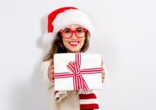 Молодая женщина держа подарок рождества Стоковые Фото