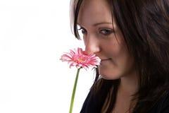 Молодая женщина держа розовый цветок Стоковая Фотография