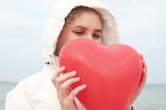 Молодая женщина держа сердце дня Валентайн. Стоковые Фото