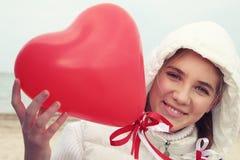 Молодая женщина держа сердце дня Валентайн Стоковое фото RF