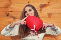 Молодая женщина держа сердце дня Валентайн. Стоковое Изображение RF