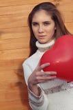 Молодая женщина держа сердце дня Валентайн Стоковые Изображения RF