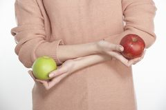 Молодая женщина держа 2 яблока Стоковое Изображение