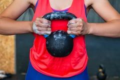 Молодая женщина держит весы стоковое фото