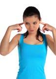 Молодая женщина держит ее уши закрыно стоковые фото