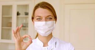 Молодая женщина доктора со счастливый усмехаться стороны акции видеоматериалы