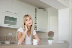 Молодая женщина думая о ее проблемах стоковые фотографии rf