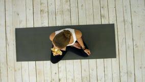 Молодая женщина есть банан после занятий йогой Стоковые Фото