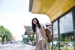 Молодая женщина ждет на автобусной остановке стоковые фотографии rf