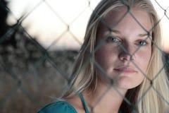 молодая женщина за загородкой Стоковые Фотографии RF