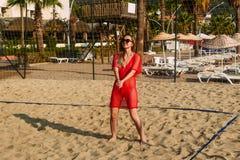 Молодая женщина играя волейбол пляжа стоковое фото rf