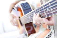 Молодая женщина играя гитару Стоковое Изображение RF