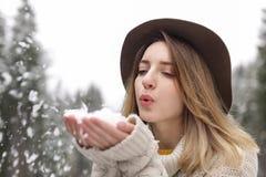 Молодая женщина играя со снегом outdoors Зима стоковая фотография rf