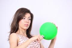 Молодая женщина играя с воздушным шаром Стоковое фото RF