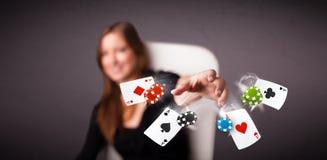 Молодая женщина играя с карточками и обломоками покера Стоковые Фотографии RF