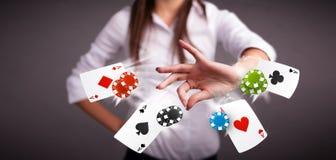 Молодая женщина играя с карточками и обломоками покера Стоковая Фотография RF