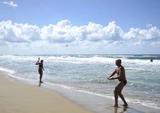 Молодая женщина играя теннис пляжа на пляже Sabaudia стоковое фото rf
