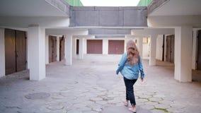 Молодая женщина идя во двор акции видеоматериалы