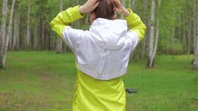 Молодая женщина идя вперед сток-видео