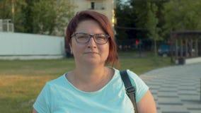 Молодая женщина идя в парк видеоматериал