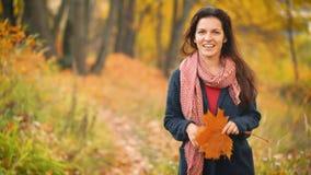 Молодая женщина идя в парк осени сток-видео