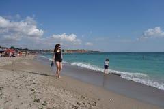 Молодая женщина идя barefoot на пляж в Vama Veche, Румынии Стоковые Изображения