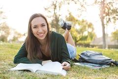 Молодая женщина изучая ее домашнюю работу Стоковые Изображения RF