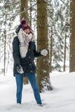 Молодая женщина имеет потеху в снеге стоковое изображение