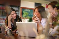 Молодая женщина имеет потеху на перерыве на чашку кофе стоковое фото rf