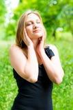 Молодая женщина имея полезного время работы стоковые фото