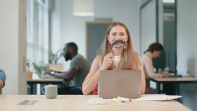 Молодая женщина имея потеху на coworking офисе Радостная дама делая мужчины акции видеоматериалы