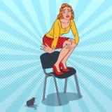 Молодая женщина искусства шипучки несчастная вспугнутая мышью Женская фобия грызуна Стоковые Изображения RF