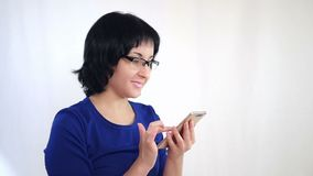 Молодая женщина использует средний смартфон для работы через интернет Дело и технология акции видеоматериалы