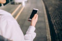 Молодая женщина использует smartphone стоковые изображения rf