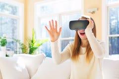 Молодая женщина используя шлемофон виртуальной реальности стоковые фотографии rf