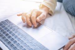 Молодая женщина ища данные от интернета с мягким светом Стоковое фото RF