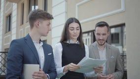 Молодая женщина и 2 люд в официальной носке идя на террасу обсуждая проект Концепция независимой, далекой работы _ акции видеоматериалы