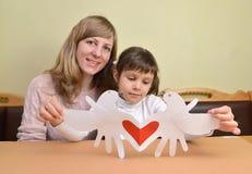 Молодая женщина и маленькая дочь с добившийся успеха своими силами карточкой дня ` s валентинки карточки подарка Стоковые Фотографии RF