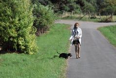 Молодая женщина и собака. Стоковые Изображения RF