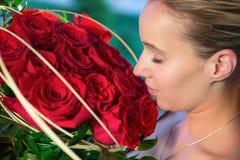 Молодая женщина и цветки Стоковое Изображение RF