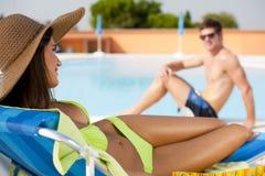 Молодая женщина и человек на плавательном бассеине стоковое фото rf