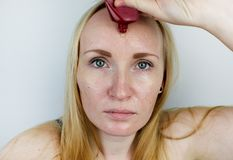 Молодая женщина кладет маску геля на ее сторону Забота для маслообразного, кожа проблемы стоковое изображение rf