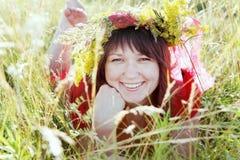 Молодая женщина кладя на портрет травы Стоковые Фотографии RF
