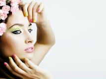 Молодая женщина красоты с цветками и составляет близко вверх, маникюр реальной девушки красоты весны флористический розовый Стоковое фото RF