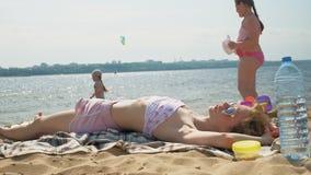 Молодая женщина лежа на пляже акции видеоматериалы