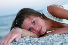 Молодая женщина лежа на пляже стоковые изображения rf