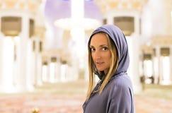 Молодая женщина мечтая на грандиозной мечети шейха Zayed Мечети в abaya Абу-Даби нося, paranja в nighttime перемещать Tra Стоковые Фотографии RF
