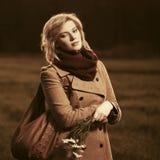 Молодая женщина моды в классический бежевый идти пальто внешний Стоковые Изображения
