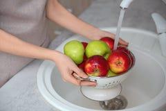 Молодая женщина моя зрелые яблока Стоковые Фото